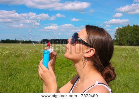 Frau bläst Seifenblasen