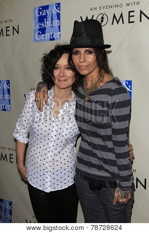 LOS ANGELES - MAR 3:  Sara Gilbert, Linda Perry at the