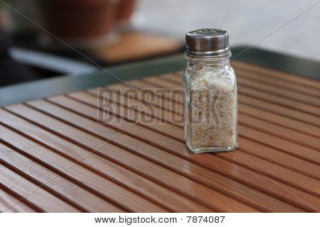 Saleiro na mesa de madeira