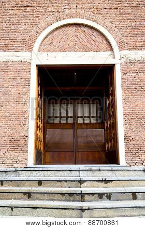 Italy  Lombardy     In  The Cardano Al Campo  Old     Closed Brick   Step    Wall