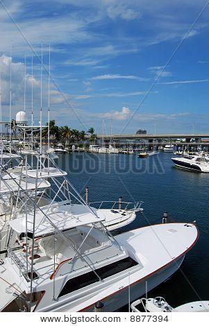 Barcos ancorados na Marina Bayside