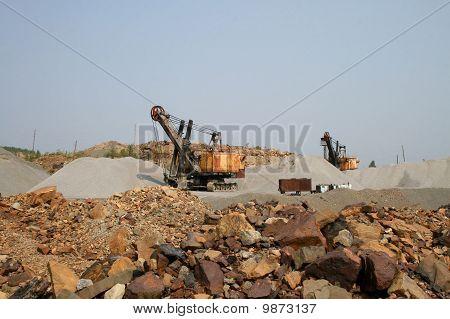 Dos excavadoras en un a cielo abierto mina