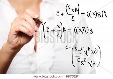 Professor Toung resolver uma equação matemática