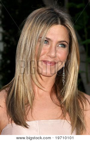 LOS ANGELES - AUG 16:  Jennifer Aniston arrives at