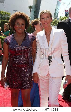 LOS ANGELES - AUG 21:  Wanda Sykes & Wife Alex arrive at the 2010 Creative Primetime Emmy Awards at Nokia Theater at LA Live on August 21, 2010 in Los Angeles, CA