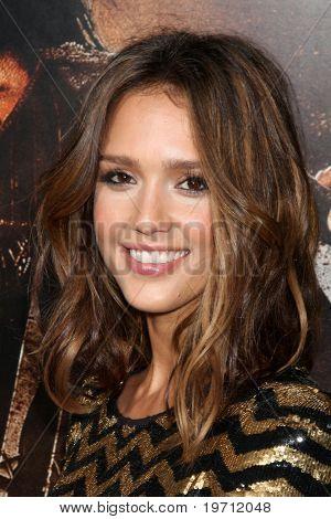 """Los Angeles aug 25: Jessica Alba kommt bei der Premiere von """"Machette"""" im Orpheum Theater auf august"""