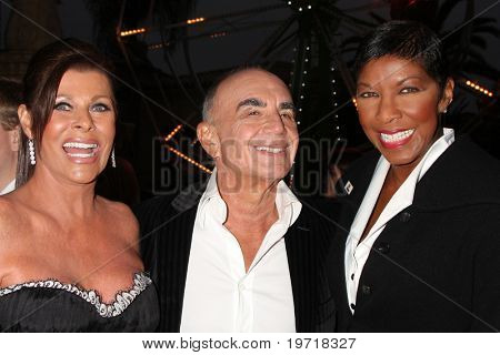 LOS ANGELES - SEP 11:  Linell & Robert Shapiro & Natalie Cole  attends The Brent Shapiro Foundation 2010 Event at Private Estate on September 11, 2010 in Beverly Hills, CA
