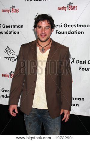 LOS ANGELES - 9 de outubro: Tyler Christopher chega ao benefício
