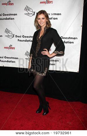 LOS ANGELES - 9 de outubro: Brianna Brown chega ao benefício