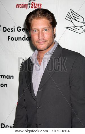 LOS ANGELES - 9 de outubro: Sean Kanan chega em benefício para o Desi G
