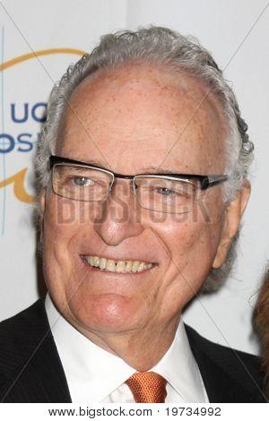 LOS ANGELES - 14 de outubro: Jerry Moss chega no Visionary Awards 2010 no Beverly Hilton Hotel, sobre O