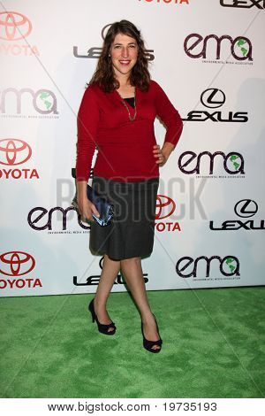 LOS ANGELES - OCT 16:  Mayim Bialik  arrives at the 2010 Environmental Media Awards at Warner Brothers Studios on October 16, 2010 in Burbank, CA