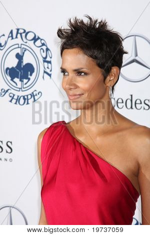 LOS ANGELES - OCT 23:  Halle Berry arrives at the 2010 Carousel of Hope Ball at Beverly Hilton Hotel on October 23, 2010 in Beverly Hills, CA
