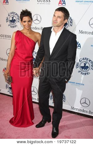 LOS ANGELES - OCT 23:  Halle Berry, Olivier Martinez arrives at the 2010 Carousel of Hope Ball at Beverly HIlton Hotel on October 23, 2010 in Beverly Hills, CA