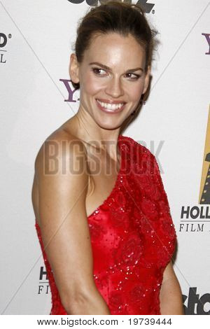 LOS ANGELES - 25 de OCT: Hilary Swank llega a la XIV Gala anual de premios de Hollywood en Beverly Hilt