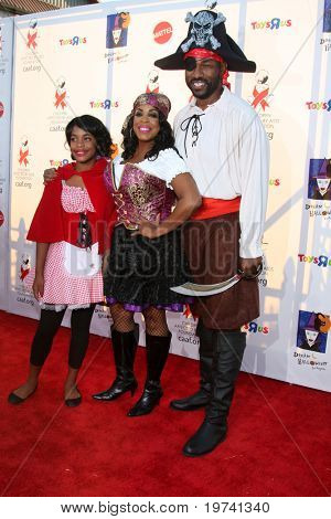 LOS ANGELES - OCT 30:  Niecy Nash (R), daughter Dia, Jay Tucker (L) arrive at the 17th Annual Dream Halloween benefiting CAAF at Barker Hanger on October 30, 2010 in Santa Monica, CA