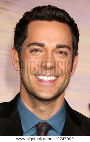 "LOS ANGELES - 14 de NOV: Zachary Levi chega no mundo de ""Tangled"" estréia no Teatro El Capitan"