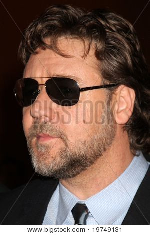 LOS ANGELES - NOV 16:  Russell Crowe arrives at