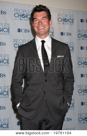 LOS ANGELES - 5 de JAN: Jerry O'Connell chega em 2011 Choice Awards do povo, no Nokia Theatre em LA