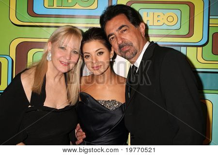 BEVERLY HILLS - 16 de JAN: Arlene Vrhel Mantegna, Joe Mantegna, Gia Mantegna chega ao ouro de HBO