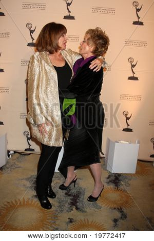 LOS ANGELES - JAN 20:  Valerie Harper, Cloris Leachman arrives at the ATASHall of Fame Committe's 20th Annual Induction Gala at Beverly HIlls Hotel on January 20, 2011 in Beverly Hills, CA