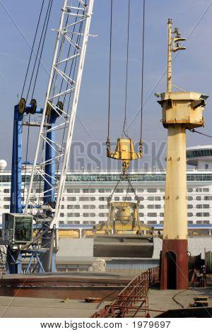 Nave de carga están cargada con agregado