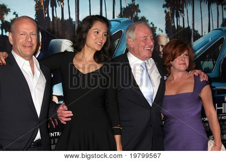 "LOS ANGELES - 22 de MAR: Bruce Willis, Emma Heming, Jerry Weintraub e esposa chegar a HBO do ""seu"