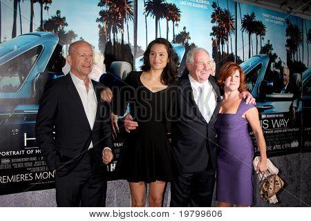"""LOS ANGELES - 22 de MAR: Bruce Willis, Emma Heming, Jerry Weintraub e esposa chegar a HBO do """"seu"""