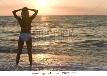 Pôr do sol de biquíni
