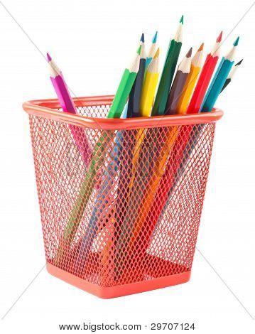 Lápices en sujetador rojo