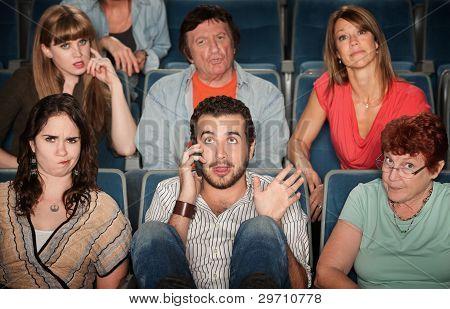 Hombre en teléfono en teatro