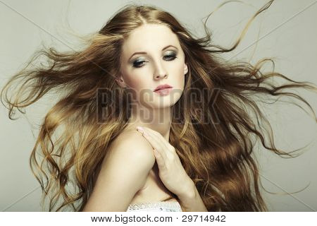 Portrait of young beautiful Woman mit langen fließenden Haaren