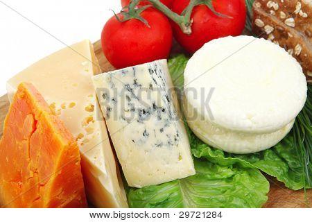 queso feta suave con quesos delicatessen de corte de placa de madera con pan de tomates y oliv