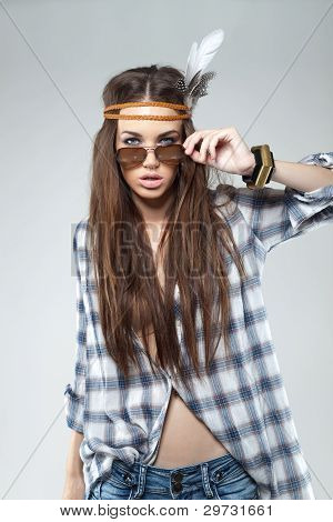Fashion Portrait of young Brunette gekleidet im Hippie-Stil