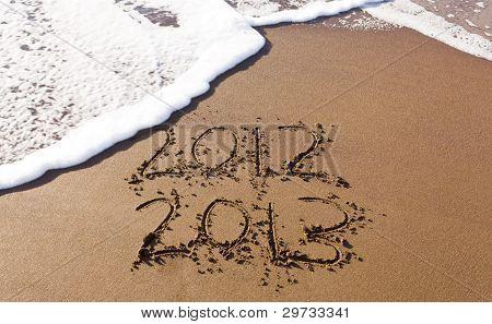 2012 E 2013, escrito na areia com ondas