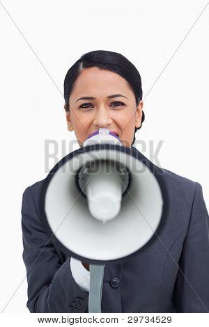 Cerca de vendedora con megáfono contra un fondo blanco