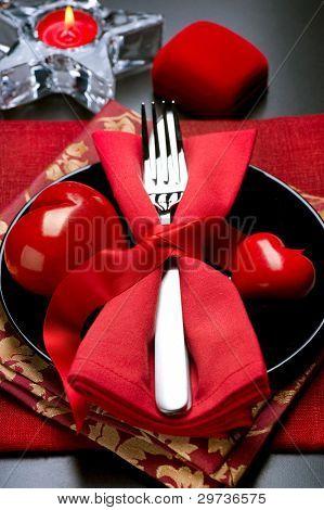 Cena romántica de San Valentín. Ajuste de la tabla