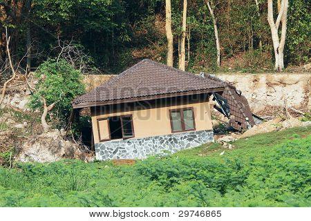 Casa rota por deslizamiento