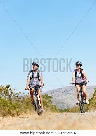 glücklich sorgenlos Mountain Bike paar Radfahren im freien und einen gesunden Lebensstil führen.