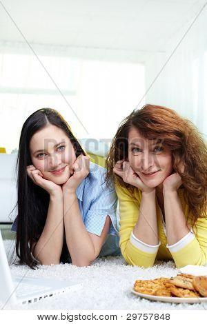 vertikale Aufnahme von Mutter und Tochter verbringen Zeit zusammen im Haus