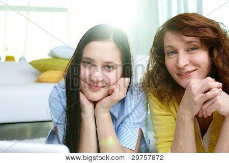 Vertikale Aufnahme von Mutter und Tochter, die Zeit zusammen verbringen, drinnen