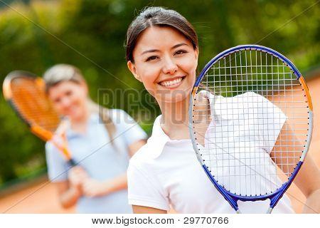 Jugador de tenis femenino en la cancha jugando dobles
