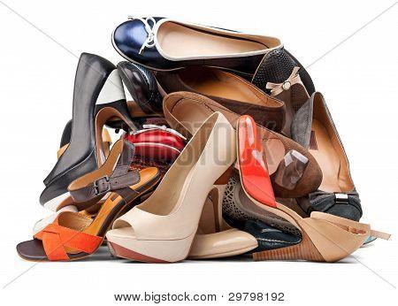 Pilha de sapatos femininos diversos, com traçado de recorte