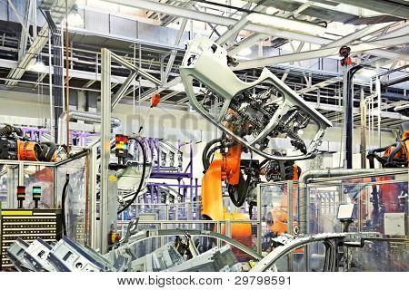 brazos robóticos en una fábrica de coches