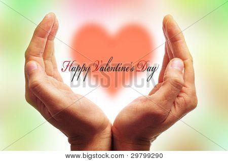 mãos de homem, formando uma Copa e dia dos Namorados feliz frase com um coração ao fundo
