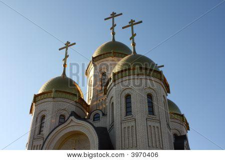 Templo de todos os sagrados com as cúpulas douradas e cruzes