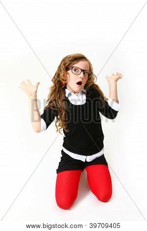 Menina engraçada em copos isolado no fundo branco