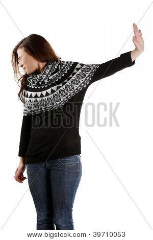 Mujer asustada haciendo gesto de parada de cantar con la mano