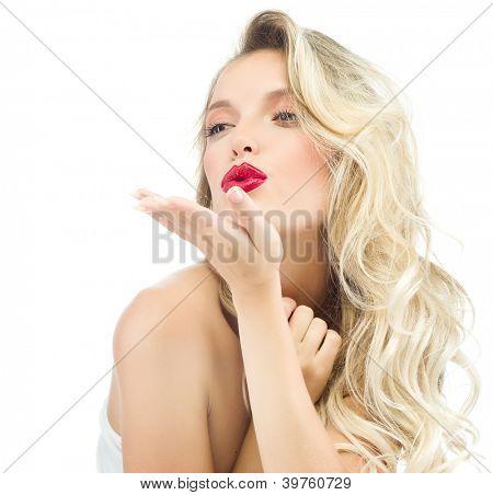 Retrato de rubia atractiva mujer caucásica aislado en estudio blanco tiro labios rojos cara larga ha