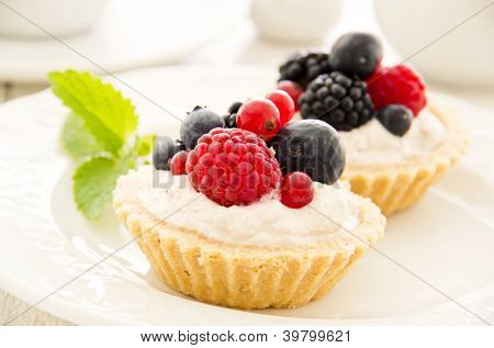 tartlets with quark filling and berries
